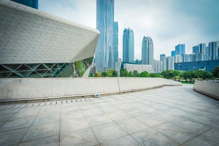 空、モダンなスクエアと近代的な都市の高層ビル