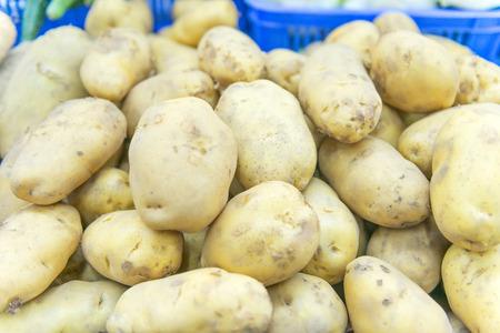 パターン テクスチャと背景のための市場のポテト生野菜料理