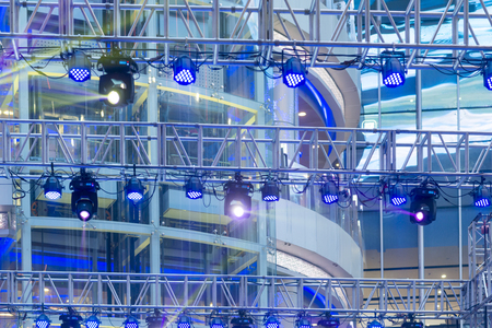 劇場ステージの照明装置に複数のスポット ライト 写真素材