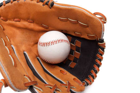 guante de beisbol: Un guante de béisbol y bola en un fondo blanco Foto de archivo