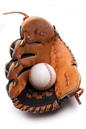gant de baseball: Un gant de baseball et balle sur un fond blanc