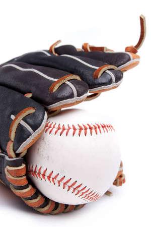 guante de beisbol: Un guante de béisbol y la pelota sobre un fondo blanco Foto de archivo