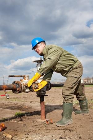 worker in the oil industry on oil pump Standard-Bild