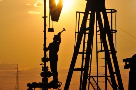 trabajador petroleros: silueta de los trabajadores de plataforma petrolera