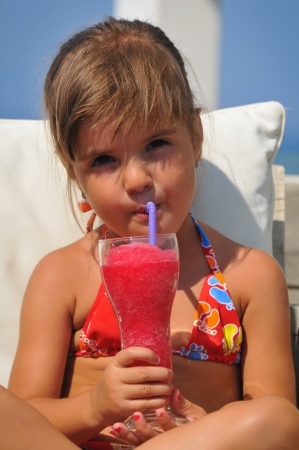 foot cream: girl sitting in the pool and drinking cocktails