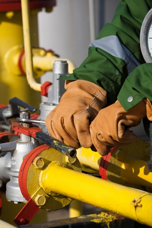 The worker of the gas refinery Standard-Bild