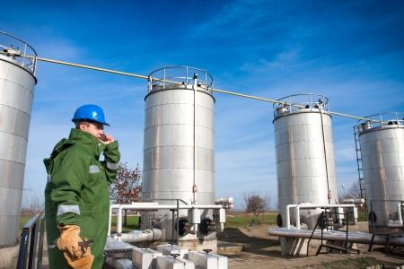 Gas werknemer en grote gasleidingen