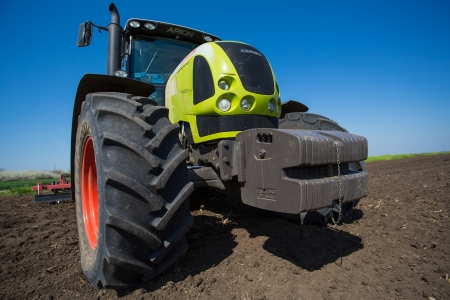 agricultural engineering: SERBIA - 22 APR  TRACTOR CLASS ARION 600, details of the field, The powerful 6-cylinder engines and QUADRISHIFT transmission of the ARION 600 C