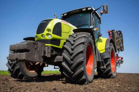 agri: SERBIA - 22 APR  TRACTOR CLASS ARION 600, details of the field, The powerful 6-cylinder engines and QUADRISHIFT transmission of the ARION 600 C