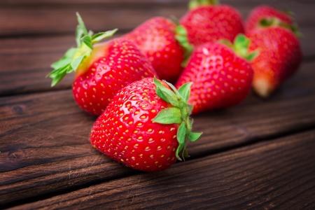 aardbeien op houten plaat Stockfoto