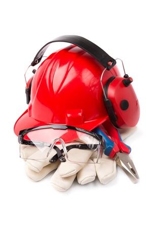 casco rojo: casco rojo con guantes de cuero y una herramienta de orejeras Foto de archivo
