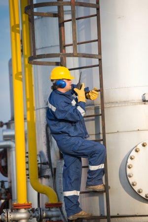 system operator in oil and gas production 스톡 콘텐츠