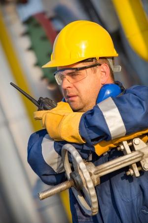 trabajador petroleros: operador del sistema en la producci�n de petr�leo y gas