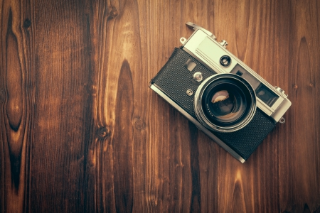 ビンテージ: 木製の背景にビンテージ カメラ 写真素材