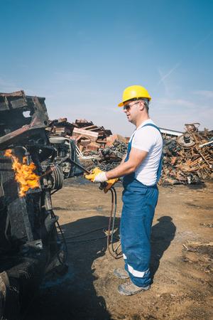 junkyard: Trabajador en un dep�sito de chatarra Foto de archivo