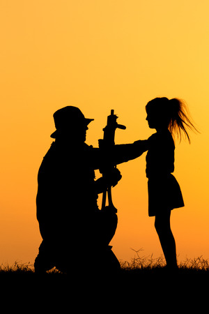 Silhouette of a soldier and a girl. Imagens