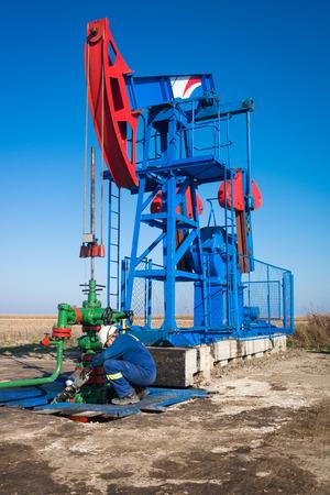 oil worker: Aceite de los trabajadores de la bomba de aceite de verificaci�n Foto de archivo