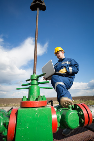 oil worker: Trabajador en el campo petrolero. Refiner�a de petr�leo y gas