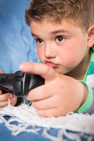 jugando videojuegos: Ni�o jugando videojuegos