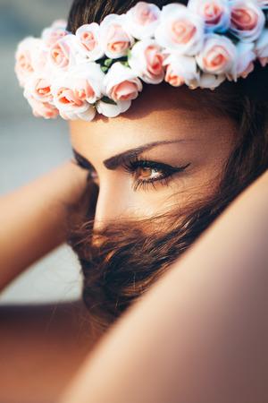 Mujer sensual en la corona de flores Foto de archivo - 44243083