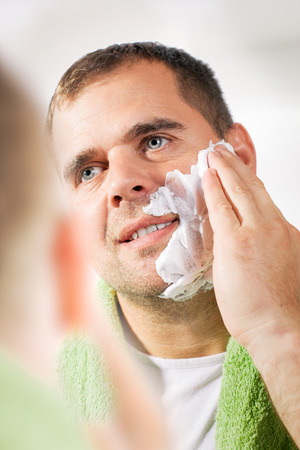 suo: Man shaves his face