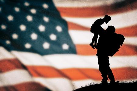 silueta soldado estadounidense en la bandera americana