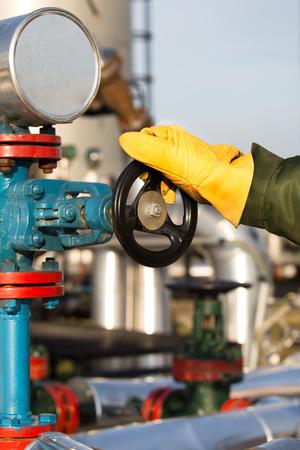 trabajador petroleros: Aceite de los trabajadores de la válvula girando