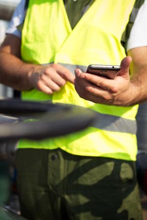 oil worker: Aceite de los trabajadores con tel�fono inteligente Foto de archivo