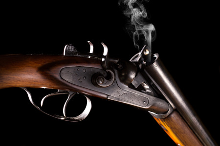 fusil de chasse: Smoke from a hunting rifle after firing