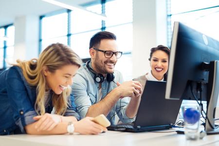 Groep van mensen uit het bedrijfsleven en softwareontwikkelaars die werken als een team op kantoor Stockfoto