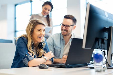Grupa ludzi biznesu i programistów pracujących jako zespół w biurze