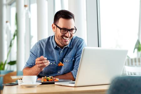 Feliz hombre de negocios videollamada a su familia durante un almuerzo.