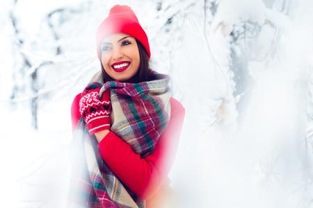 Belle jeune femme dans le parc d'hiver