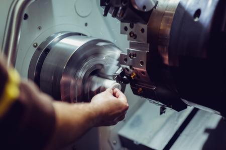 Cerrar el proceso de trabajo de la fresadora CNC en la industria del metal