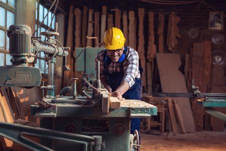 Timmerman snijden houten plank