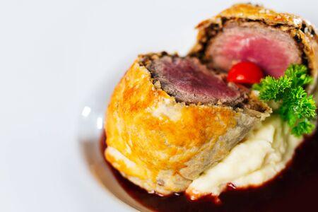 Beef Wellington mit frischen Kräutern Standard-Bild
