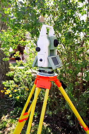 Total station. Survey Instrument geodetic device, total station set in the field. Imagens