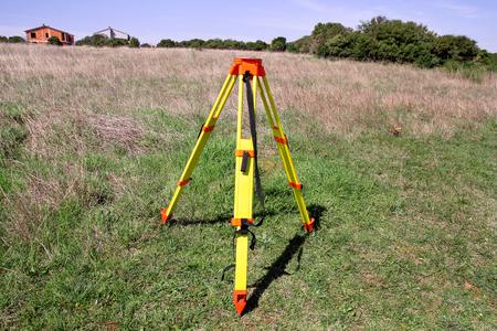 Total station survey-statief. Meetinstrument geodetisch apparaat, total station ingesteld in het veld. Stockfoto