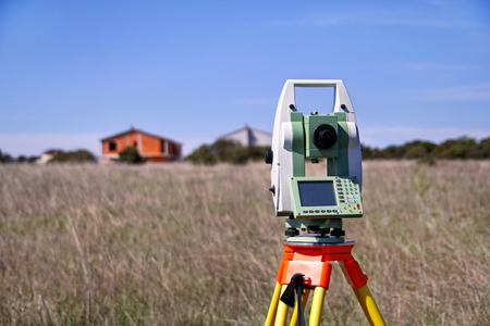 Estacion total. Instrumento geodésico Survey Instrument. Tiempo de caída topografía de la tierra, en el campo. Equipo de topógrafo moderno, utilizado en la topografía y la construcción de edificios para la medición, en el sitio de construcción.
