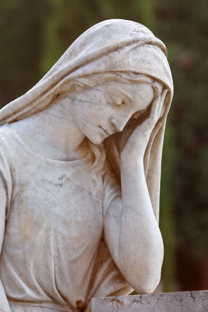 gritty: Vintage tombstones statue of women. The marble monument a beautiful statue of girls in old cemetery with a natural environment in the background, close up. Tombstones in cemetery. Sculpture Art. Stock Photo