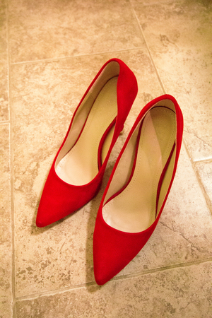 4e08bab96 #83797311 - Lindos sapatos vermelhos. As sapatas das mulheres à moda  vermelhas para o casamento no assoalho, close up das sapatas da noiva  elegante no fundo ...