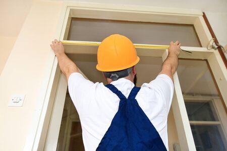 L'ouvrier du bâtiment et le bricoleur travaillent à la rénovation de l'appartement.
