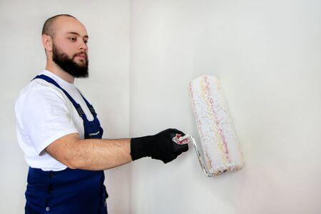 Construction worker doing finish renovation at apartment. Standard-Bild
