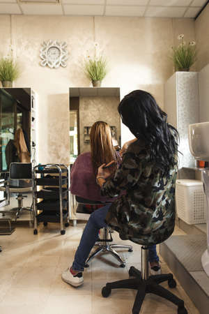 Working day inside the hair salon. Banque d'images