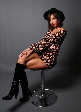 botas: Hermosa mujer sentada en la silla studio disparo