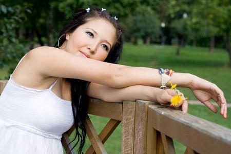 sexy pregnant woman: 公園を歩いて美しい妊娠中の女の子