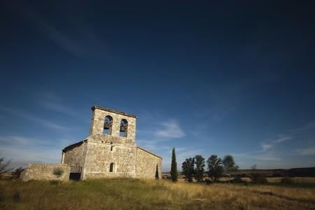 edificación: Peque�a capilla de piedra en medio del campo