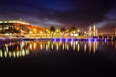 Geelong waterkant met Deakin University Geelong en beroemde Cunningham Pier boog Stockfoto