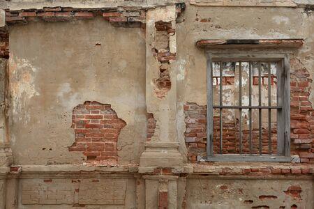 gerenderte Betonwand mit freiliegenden roten Ziegeln und Holzgefängniszelle wie Fenster. Abstrakter Texturhintergrund mit Kopienraum, freiliegendem, eingezäuntem oder geschlossenem Konzept