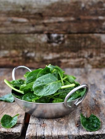 plato de ensalada: frehs verde de espinacas en la taza para Foto de archivo